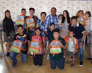 04052017 Jorge F. Mora y su esposa, Martha Adriana de Mora, con niños de Gómez Palacio, Durango.