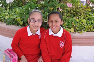 04052017 MUY CONTENTAS.  Ángela y María José.