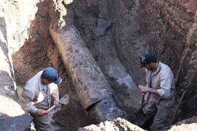 La fuga fue generada por la presión que reventó un tramo viejo en la zona del fraccionamiento Real de Mezquital, el cual también hizo 'tronar' el pavimento.