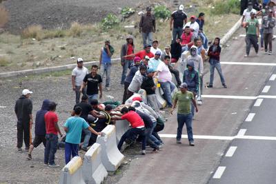A las 16:30 horas, los pobladores desbloquearon la autopista.