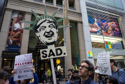 Con pancartas y carteles mostraban su enojo hacia Trump.