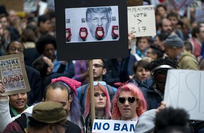 """""""Queremos que sepa que la resistencia permanece, incluso en su ciudad natal"""", dijo Ruthie Adler, una mesera de Manhattan de 30 años de edad."""