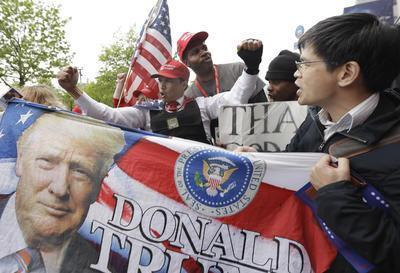 Algunos seguidores de Trump también acudieron al lugar para aplaudirlo.
