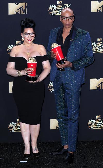 Michelle Visage y RuPaul (R),ganaron como Mejor reality de competición por RuPaul's Drag Race.