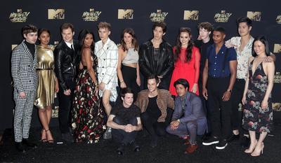 El elenco de la serie 13 Reasons Why asistió a la ceremonia.