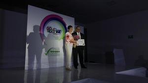 07052017 Ana María Astorga, hoy señora de Rodríguez, recibió un reconocimiento por parte del director de la Feria.
