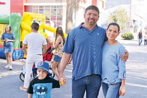 08052017 DE PASEO.  Evan, Andrés y Saira.