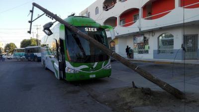 Al jalarse los cables, otro poste se derribó el cual cayó sobre un camión de pasajeros en tanto el autobús Termo, terminó impactado en la pared de un edificio.