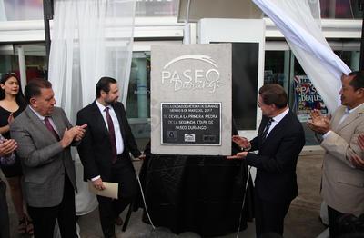 Oscar Arellano, Gerente de Paseo Durango y el gobernador del Estado, José Rosas Aispuro, develaron la placa que da inicio a las obras