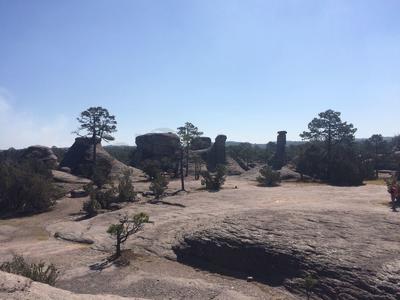 Desde las teorías que se remontan a la formación de la tierra, la erosión y hasta las de origen extraterrestre, las formaciones rocosas.