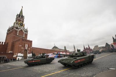 Vehículos militares como carros blindados y los grandes lanzadores de misiles intercontinentales Topol.