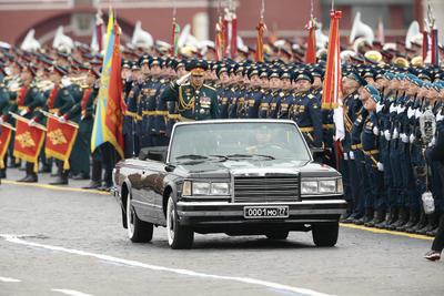 El ministro de Defensa, Sergei Shoigu, en una limusina descubierta.