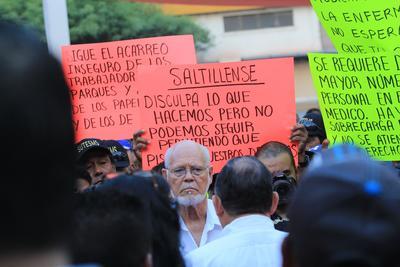 El alcalde Isidro López, escuchó las peticiones de los trabajadores a través del dirigente, Mario Enrique Morales.