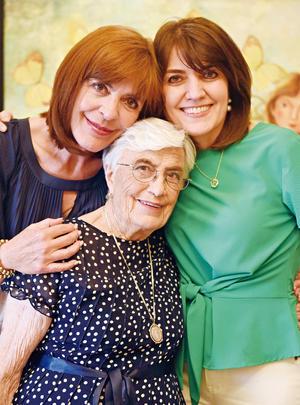 10052017 EN FAMILIA.  Victoria con sus hijas, Marivi y Pilar.