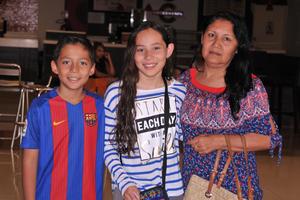 10052017 EN EL CINE.  Ernesto, Pamela y Sonia.