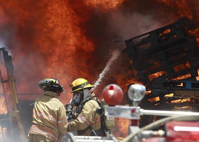 El incendio se registró en dos establecimientos.