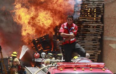El director de Protección Civil municipal, Israel Solano, informó que ardieron 5 vehículos, cajas y madera.