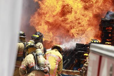 Elementos trabajan para sofocar las llamas.