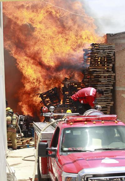 Hasta el lugar se trasladaron elementos de Protección Civil y cuerpo de Bomberos quienes trabajaron para sofocar las llamas.