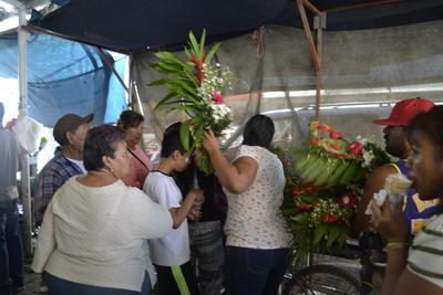 Además del Día de las Madres, es el Día de Muertos cuando más se elevan las ventas de los vendedores de flores.