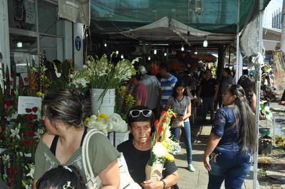 Las ventas aumentan entre un 80 y 90 por ciento durante este día para los locatarios del Mercado de las Flores.