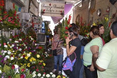 La calle Blanco la cual, en la esquina con la Hidalgo, es cerrada a ratos por los agentes de Tránsito y Vialidad quienes pretenden dar mayor seguridad a los clientes del Mercado de las Flores que está repleto de personas que buscaban a último minuto el regalo del 10 de Mayo.