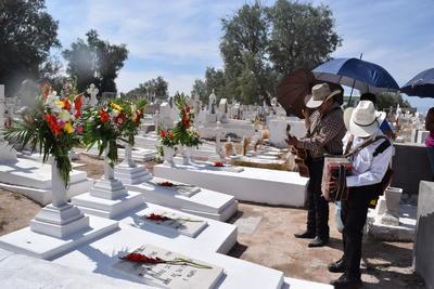 Algunos contrataron los servicios de los músicos para cantar canciones alusivas a la celebración o las piezas que en vida eran del agrado de las madrecitas.