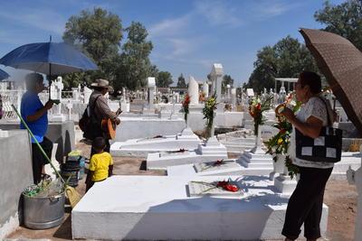 Después del 2 de noviembre, el 10 de mayo es la fecha en que los panteones registran un gran afluencia de personas.