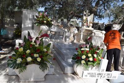 En el interior del camposanto de Matamoros lucieron las tumbas adornadas con coloridos ramos de flores.