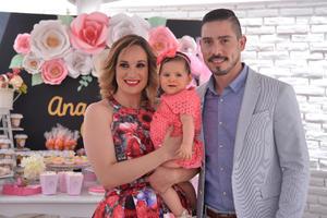 Ana Carmen con sus padrinos, Marcela y Sergio