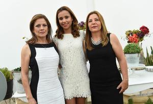 Cecy acompañada de su mamá, Cecilia Guzmán, y su suegra, Reyna Maeda