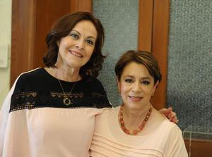 Mely González con la expositora