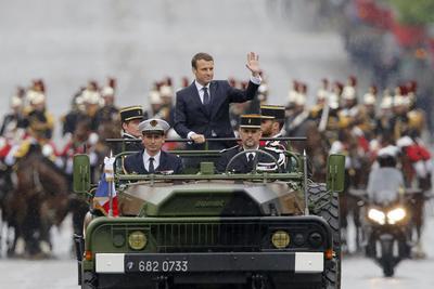 El presidente francés, Emmanuel Macron, ascendió hoy a bordo de un vehículo militar descapotable los Campos Elíseos de París, en el tradicional desfile posterior a la toma de posesión del cargo, que tuvo lugar poco antes en el Elíseo.