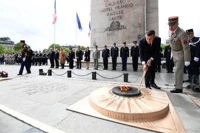 Macron visitó el Arco del Triunfo de París en donde reavivó la llama del monumento al soldado desconocido.
