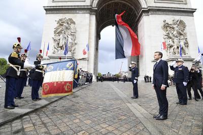Macron llegó hasta el Arco del Triunfo, situado en uno de los extremos de los Campos Elíseos, donde cumplió la tradicional ceremonia de homenaje a la tumba del soldado desconocido, su primer acto como jefe de Estado fuera del Elíseo.