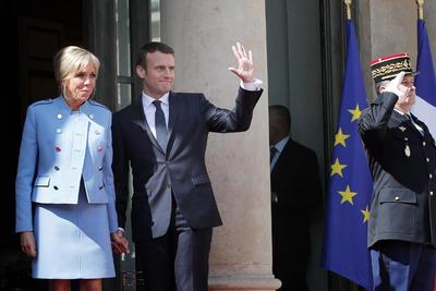 """""""El mundo y Europa necesitan más que nunca a Francia, una Francia fuerte que lleve alta la voz de la libertad y de la solidaridad, de una Francia que sepa inventar el futuro"""", subrayó el nuevo jefe del Estado durante la ceremonia del traspaso de poderes en el Palacio del Elíseo."""
