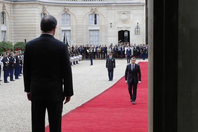 """El expresidente francés François Hollande, que hoy traspasó el poder al nuevo mandatario, Emmanuel Macron, aseguró que deja el país """"en mejor estado"""" que lo encontró hace cinco años."""