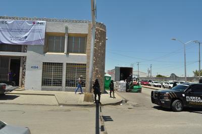 Después se trasladarán a los comités municipales y distribuirles, en el caso de Torreón son cuatro distritales y un municipal, de ahí serán recogidos por personal del INE, que a su vez entregará a los funcionarios de cada casilla; dicho proceso deberá realizarse cinco días antes del día de la elección (4 de junio).