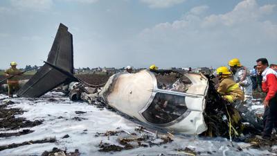 La avioneta, de Aerolíneas Ejecutivas y matrícula XAV-VBMC, según fuentes de la Comisión Estatal de Seguridad Ciudadana (CES), citadas por el diario Reforma, se encontraba sobrevolando la zona, se desplomó y después explotó.