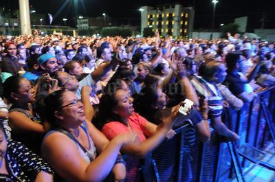 Cientos de laguneros quisieron recordar la noche al captar en sus móviles la interpretación del músico.