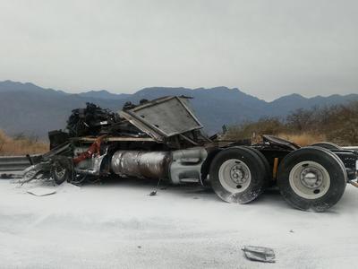 El tráiler fue perdida total, el conductor perdió la vida.