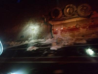 El camión, con una capacidad aproximada de 40,000 litros, presentaba fuga esparcida en el área del accidente aproximado 30 metros.