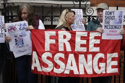 """El periodista australiano, que también se congratuló por la """"victoria importante"""" de la exsoldado estadounidense Chelsea Manning, quien salió de prisión el viernes después de siete años privada de libertad, dio las gracias """"a Ecuador y a su gente"""" por haber estado a su lado """"soportando una presión asfixiante""""."""