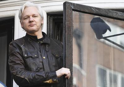 """""""Pese a que ha sido una gran victoria, todavía falta mucho por hacer: la guerra de verdad acaba de comenzar. El Reino Unido ha asegurado que me arrestará de todas formas, y Estados Unidos, la CIA y el Fiscal General estadounidense han dejado claro que tanto yo como otros miembros de WikiLeaks no tenemos derechos y que nuestra detención es una prioridad"""", señaló."""