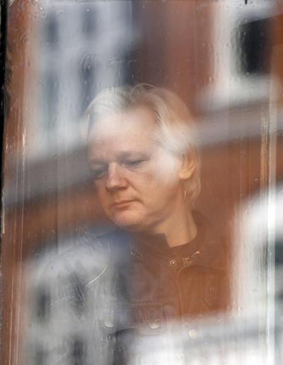 El activista se dirigió a cerca de un centenar de curiosos y medios de comunicación desde la legación diplomática ecuatoriana, en la que se refugió hace siete años para evitar ser entregado a las autoridades de Suecia, que querían interrogarlo sobre unos supuestos delitos sexuales cometidos en ese país en 2010.