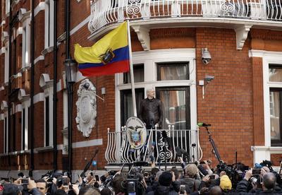 """""""Hoy hemos conseguido una victoria importante, tanto para mí como para el sistema de Derechos Humanos de la Unión Europea. Sin embargo, los siete años de detención sin cargos que llevo aquí no se podrán olvidar"""", afirmó Assange desde el balcón de la embajada de Ecuador en Londres, donde está recluido desde 2012."""