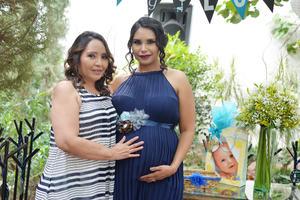 20052017 La futura mamá en compañía de Irma Juárez de Castruita.