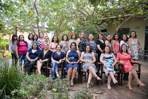 20052017 La festejada acompañada por algunas de las asistentes a su prenatal.