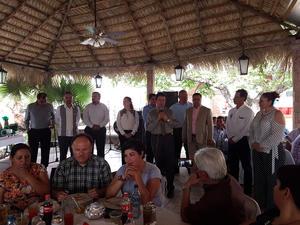 21052017 Los asistentes disfrutando de la recepción.