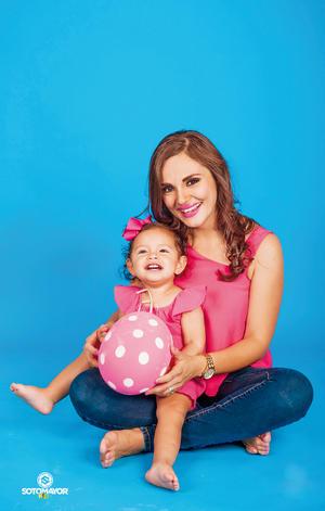 21052017 Jessica con su pequeña hija, Fernanda, en una sesión con motivo del Día de las Madres. - Sotomayor Kids